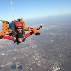 Parachute jump in tandem with instructor in Bucharest